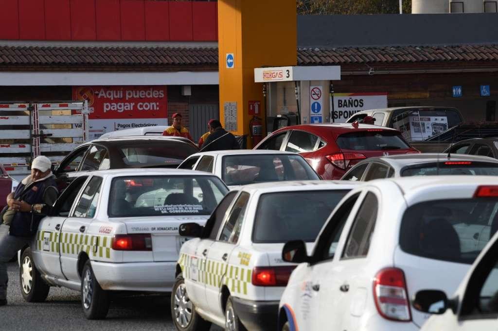 Automovilistas buscan gasolina en el Valle de Toluca.  Foto: Leslie Pérez / El Heraldo de México