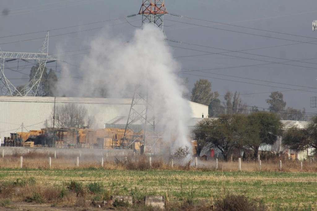 Al lugar acudieron elementos de Bomberos, Protección Civil, Policía Municipal, personal de Pemex y el Ejército. Foto: Cortesía Agencia Inqro