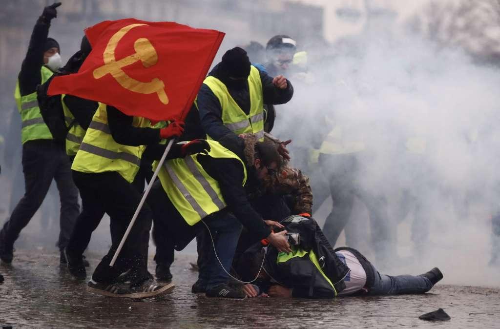VIOLENCIA. Manifestantes recibieron gas lacrimógeno y chorros de agua. Foto:  REUTERS