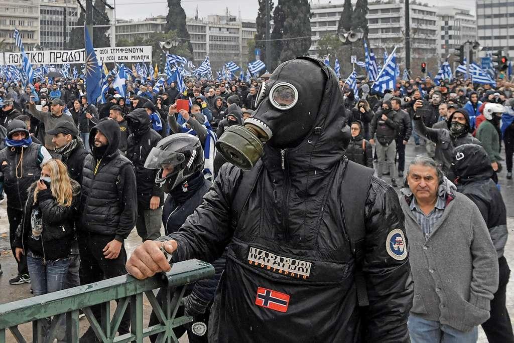 Incidentes estallaron ayer durante una manifestación contra nuevo nombre de Macedonia. Foto: AFP