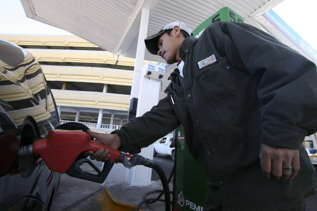 Los despachadores perciben un sueldo por propinas de al menos 8 mil pesos al mes. FOTO: CUARTOSCURO