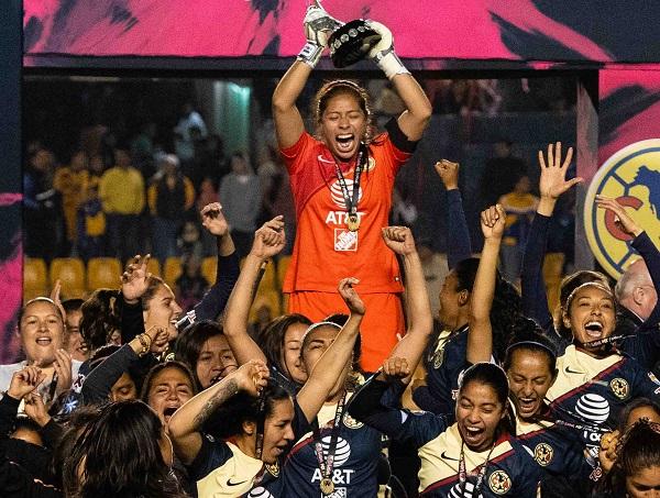 GLORIA. Las Águilas ganaron su primer título en la liga femenil en Monterrey. Foto: MEXSPORT