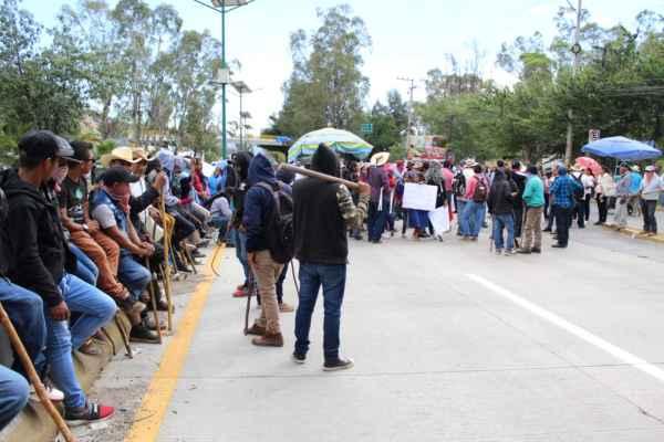 La demanda es que la SEGasigne a siete maestros para escuelas del nivel preescolar, primaria y secundaria de ambos poblados. Foto:Carlos Navarrete Romero
