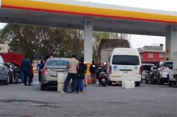 En la carretera federal México-Puebla,la gasolinera del municipio Santa Rita Tlahuapan dejó de ofrecer el servicio alrededor de las cuatro de la tarde del sábado. FOTO: ESPECIAL
