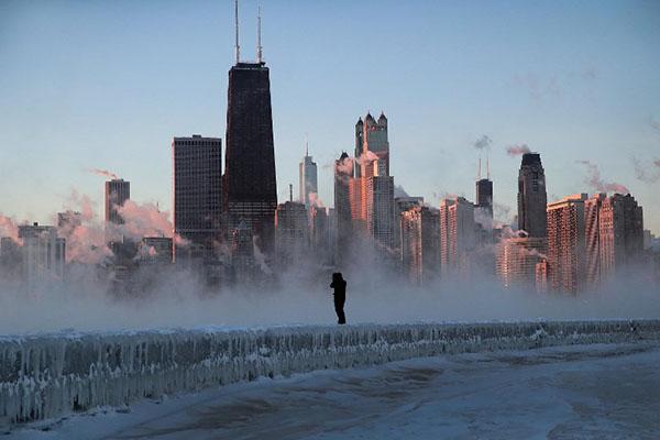 La masa de aire polar que envolvió buena parte del Centro-Norte el miércoles cerró escuelas y negocios, cortó vías de ferrocarril, obligó a cancelar vuelos y tensionó los servicios públicos. FOTO: AFP