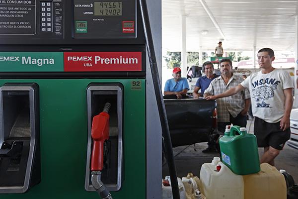 Quieren saber dónde encuentran gasolina. FOTO: CUARTOSCURO
