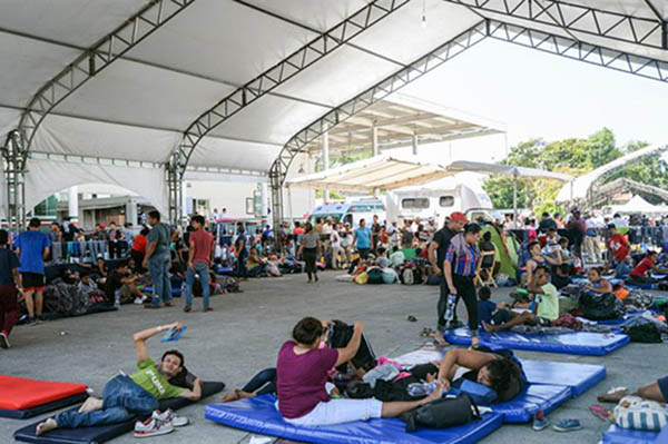 Prevén que en los próximos días, más hondureños sigan abandonando el país, algunos para recibir el ofrecimiento laboral de México. FOTO: EFE