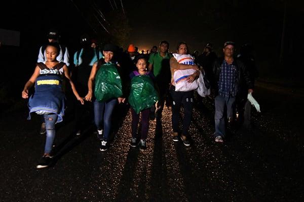 La noche del lunes cientos de hondureños partieron de la ciudad de San Pedro Sula formando una nueva caravana, determinados a huir de la violencia en su país. FOTO: AFP