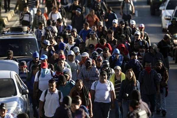 Al salir de San Salvador, la caravana tomó el bulevar monseñor Óscar Arnulfo Romero dirección a la frontera con Guatemala. FOTO: AFP