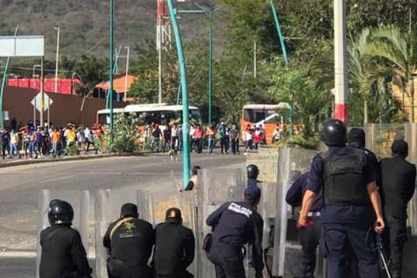 Al parecer los presuntos estudiantes hicieron destrozos en la Subsecretaría de Educación Federalizada. Foto: Especial