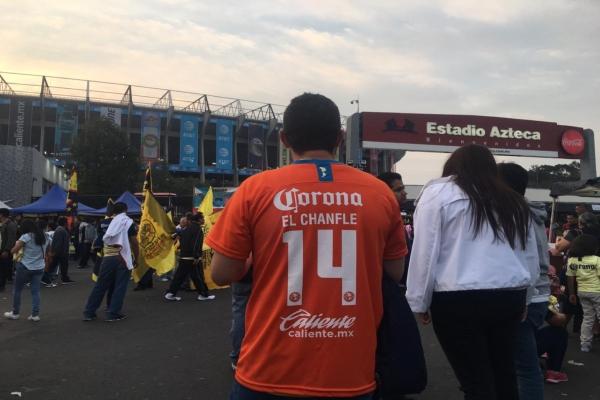 El personaje delcomediante Roberto Gómez Bolaños recibióun minuto de aplausos por parte de la afición del Estadio Azteca. Foto:@javier23rbn