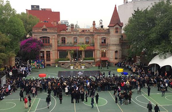 Este lunes se realizaron diversos eventos culturales, pues participó el coro conformado por ex alumnos del colegio, así como un performance.