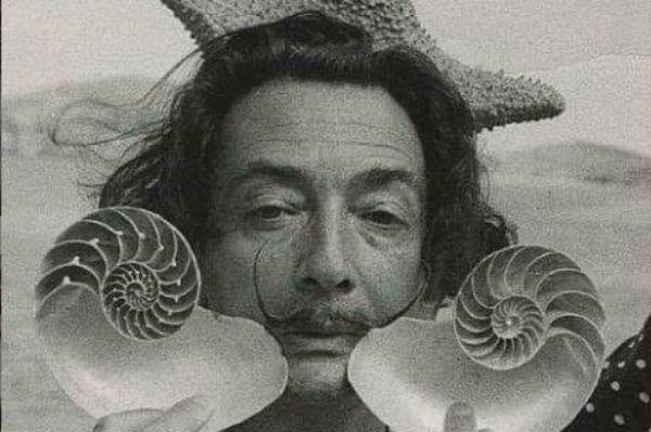 Nacido en España en 1904 Salvador Dalí fue un pintor, escultor, grabador, escenógrafo y escritor español conocido por sus imágenes surrealistas Foto: Instagram @jain.108