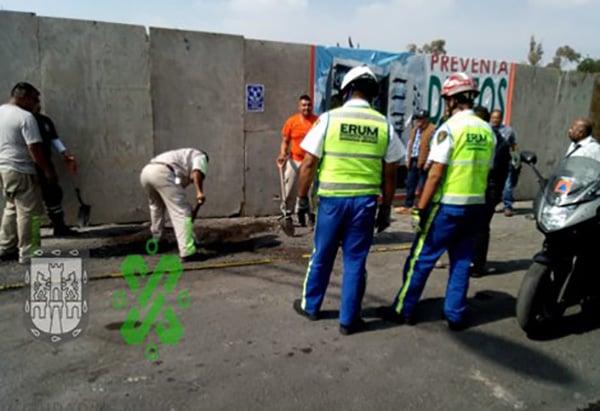 Paramédicos de la Cruz Roja revisaron a los trabajadores para conocer el estado de salud por lo que también se informó que tres empleados más quedaron lesionados.