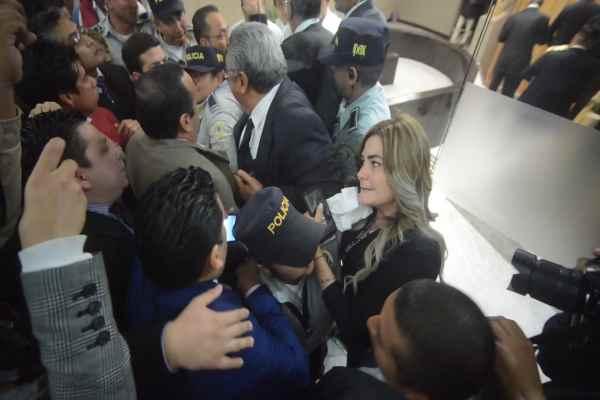 Gerardo Ramos, asesor de Gamboa Torales, cayó al suelo después de empujarse con los elementos de seguridad. Foto: Cuartoscuro