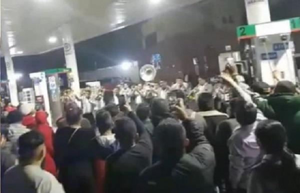 Los integrantes de la agrupación armaron tremenda fiesta dentro de la gasolinera y hasta sacar a bailar a una despachadora. Foto: Especial