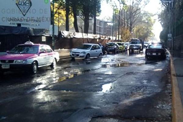 Las autoridades pidieron a los automovilistas tomar precauciones debido a que la circulación está afectada, por lo que recomendó como alternativa vial Periférico.