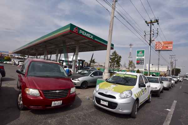 Filas de hasta seis cuadras se vieron en algunas gasolineras. Foto: Archivo   Cuartoscuro
