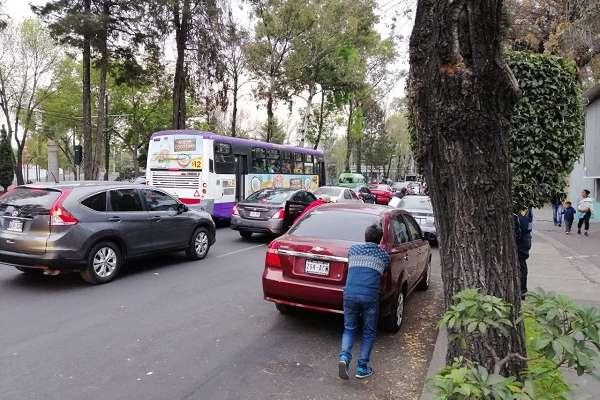 Gente formada con bidones, empujando carros o haciendo fila por más de tres horas, en busca de gasolina. Foto: Alberto Aceves