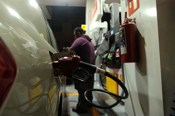 Ante el desabasto de combustibles en algunos estados de la República, conductores de la CDMX se han presentado a realizar sus compras de pánico. FOTO: CUARTOSCURO