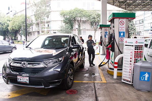 Tras el llamado que hizo el Gobierno de la Ciudad de México para cargar combustible de acuerdo con su engomado, un alto porcentaje de la población retomó la propuesta. FOTO: CUARTOSCURO