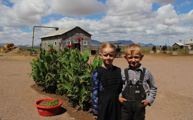 Dos niños posan afuera de su casa ubicada ubicada los campos menonitas de la comunidad Sabinal, municipio de Ascensión, estado de Chihuahua, Mexico, 22 de septiembre de 2018. Foto: Hérika Martínez / El Heraldo de México.