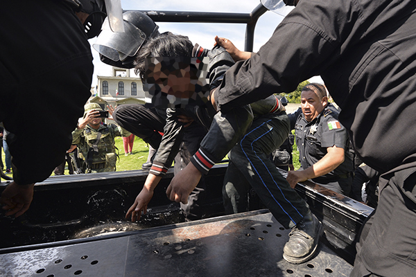 Los acusados fueron rescatados por elementos de la policía estatal. FOTO: CUARTOSCURO