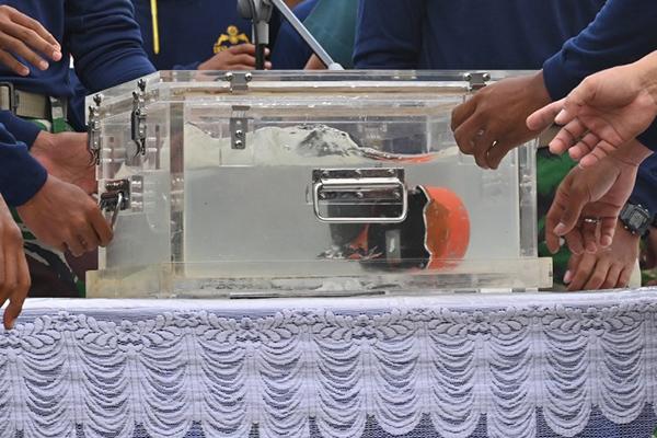 La primera caja negra, que contiene los registros de los datos técnicos, fue hallada poco después del accidente y mostró que hubo problemas del indicador de velocidad. FOTO: AFP