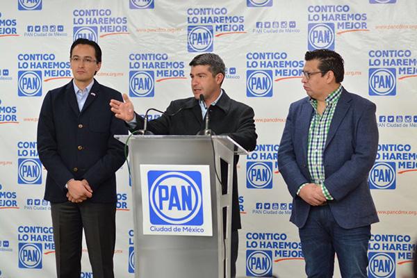 En conferencia de prensa, el dirigente del blanquiazul local, Andrés Atayde, el secretario general del PAN, Ernesto Sánchez, y el coordinador de los panistas en el Congreso de la CDMX, Mauricio Tabe, pidieron dejar de lado las culpas. FOTO: ESPECIAL