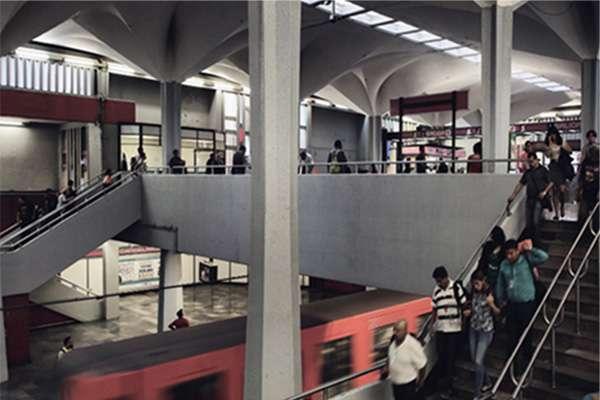 El Metro informó que esta mañana una persona cayó a las vías de la estación Candelaria, Línea 1, por lo que se cortó la corriente para realizar las maniobras necesarias para el rescate. FOTO: @Santiago_Arau