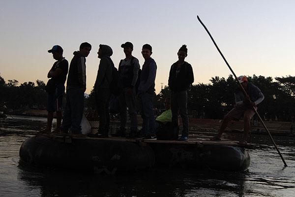 Migrantes centroamericanos, integrantes de la nueva caravana rumbo a Estados Unidos, son transportados en balsas por el Río Suchiate, frontera de Guatemala con México.  FOTO: NOTIMEX