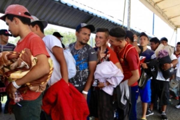 La CNDH señaló la necesidad de proporcionarle a los migrantesalojamiento y alimentación mientrasconcluyen el trámite de solicitud de visas humanitarias. Foto: Archivo | Notimex