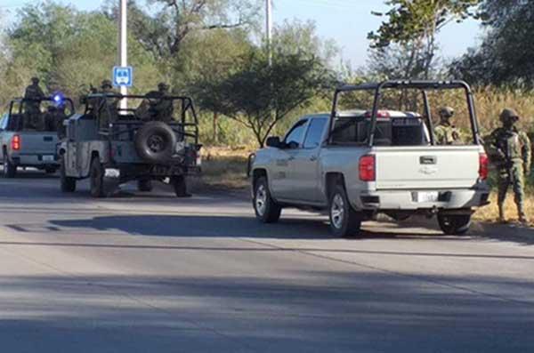 Lo anterior como resultado el operativo desarrollado este martes en el predio conocido como El Hoyo, en donde se aseguraron 11 pipas, 14 camiones Torton y 8 vehículos con pipas. FOTO: ESPECIAL
