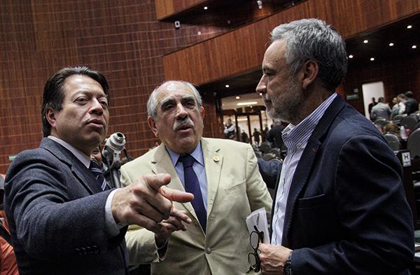 Los diputados Mario Delgado, coordinador de Morena, Pablo Gómez y Alfonso Ramírez Cuellar, durante la sesión en San Lázaro.   FOTO: CUARTOSCURO