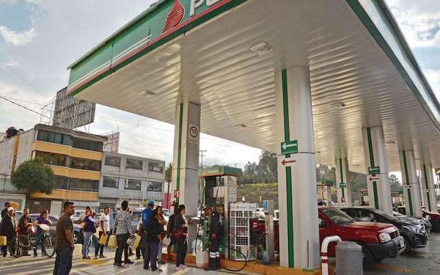 Gasolineras despacharon en bidones el combustible, para satisfacer la demanda. FOTO: ARTEMIO GUERRA BAZ /CUARTOSCURO.COM