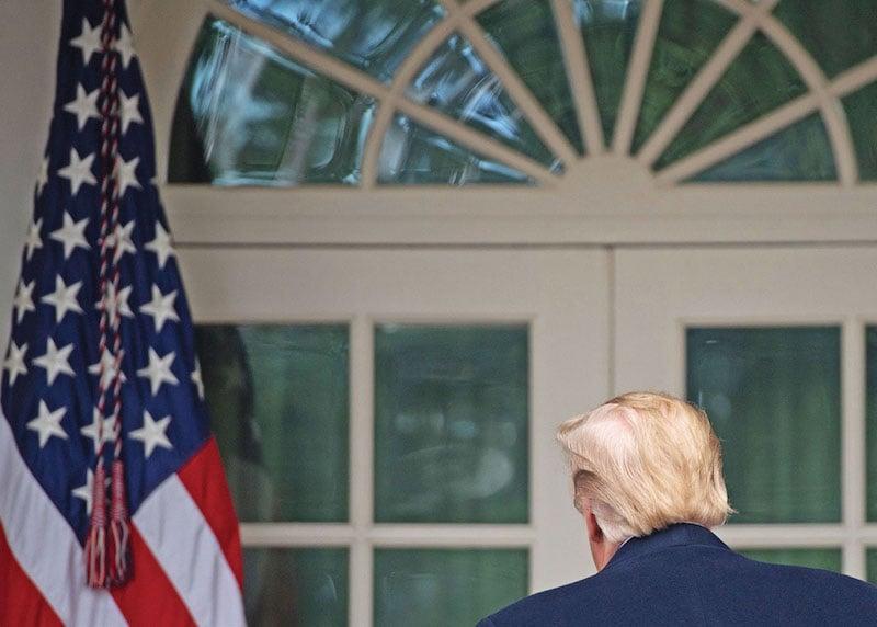 El Presidente se aleja del jardín de rosas de la Casa Blanca, tras sostener un diálogo con líderes del Congreso. Foto: AFP