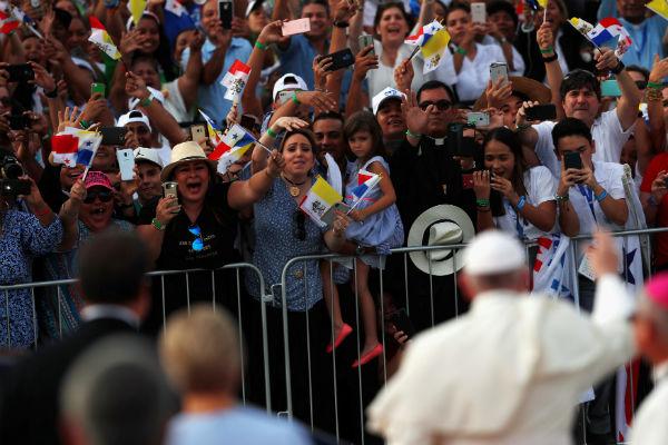 El Papa se detuvo unos minutos para observar la presentación de unos niños y jóvenes que bailaban música típica panameña