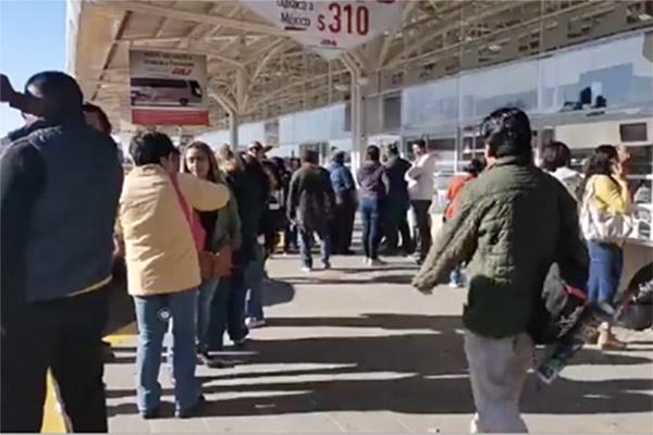 Integrantes de la Sección 22 de la CNTE bloquean la terminal de autobuses. FOTO: ESPECIAL