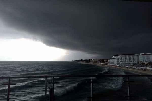 En las imágenes se pueden observar varios objetos que salen volando a causa de los fuertes vientos.Foto: @DisfrutandodelT