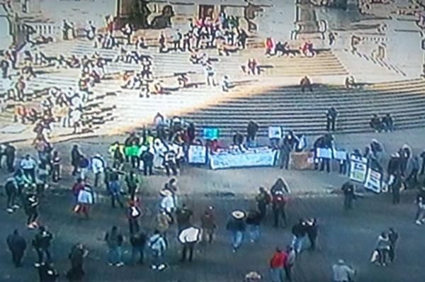 La marcha se realiza sobre la avenida Paseo de la Reforma, continuará por Juárez para llegar a la plancha del Zócalo capitalino. FOTO: C5