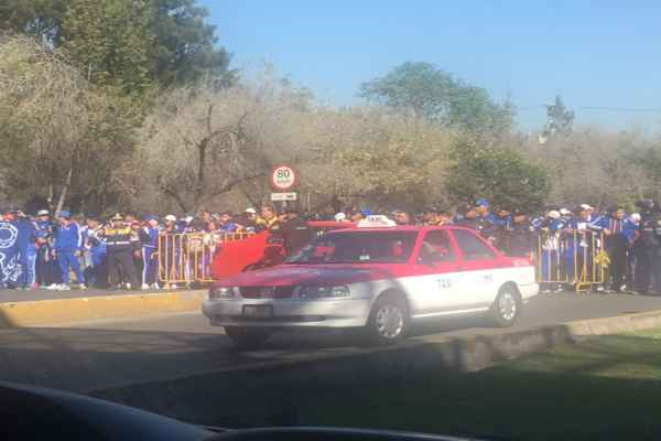 La movilización de alumnos ha afectado a automovilistas. Foto: @huesodeaguacate