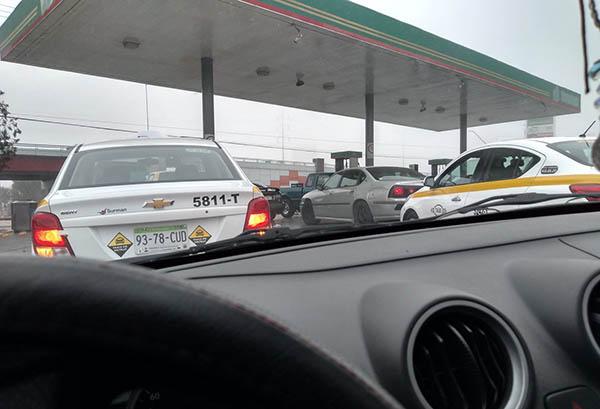 De acuerdo con líderes gasolineros del estado, por lo menos 20 estaciones de Saltillo tuvieron que cerrar, debido a que ya no contaban con combustible para surtir.