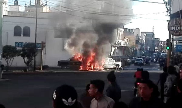 En redes sociales se difundieron imágenes de los vehículos incendiados