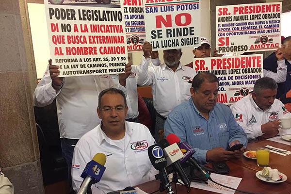 El dirigente en el estado de la AMOTAC, Raúl Torres Mendoza, detalló que la iniciativa busca que el parque vehicular con antigüedad mayor a 20 años salga de circulación.  FOTO: ESPECIAL