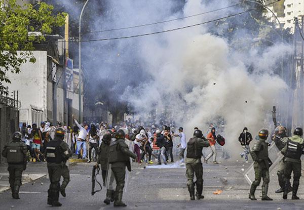El incidente ocurrió en la antesala de protestas convocadas por Guaidó para este miércoles con el fin de exigir a la Fuerza Armada que retire su apoyo al presidente Nicolás Maduro. FOTO: AFP