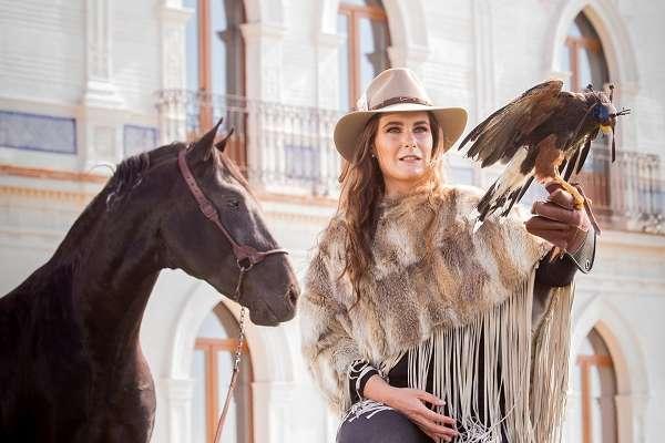 Desde la hacienda en Apan, Hidalgo, que promete ser el lugar destino para el turismo de lujo en México, Stephanía Uribe nos platica la historia del recinto y de su pasión ecuestre. Foto: Yaz Rivera
