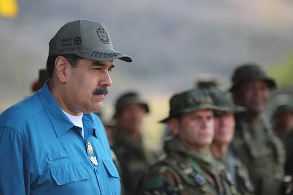 Imagen de la publicación publicada por la presidencia venezolana que muestra al presidente de Venezuela, Nicolás Maduro, pronunciando un discurso ante las tropas en la Base Naval de Turiamo, estado de Aragua, en Venezuela. Foto: AFP