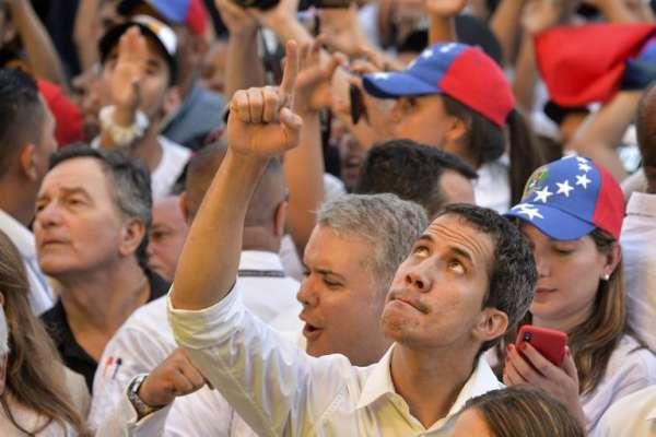 Guaidó llegó al lugar del evento durante la presentación de Juanes. FOTO: AFP