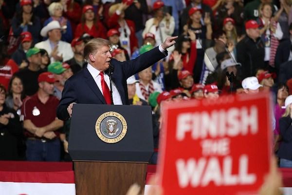 El presidente Donald Trump habla durante un mitin en el Coliseo del Condado de El Paso, Texas.  Foto: AFP