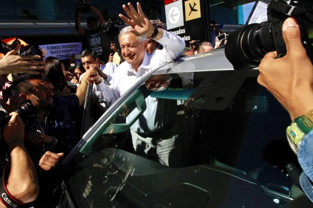 El Presidente de México, Andrés Manuel López Obrador, fue recibido por ciudadanos que le demostraron su apoyo en su llegada al aeropuerto de Sinaloa. FOTO: NOTIMEX